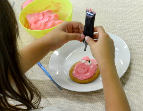 Coating a biscuit with icing and toppings